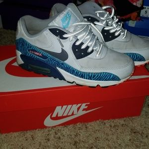 Nike air max size 5kids can fit 7 women